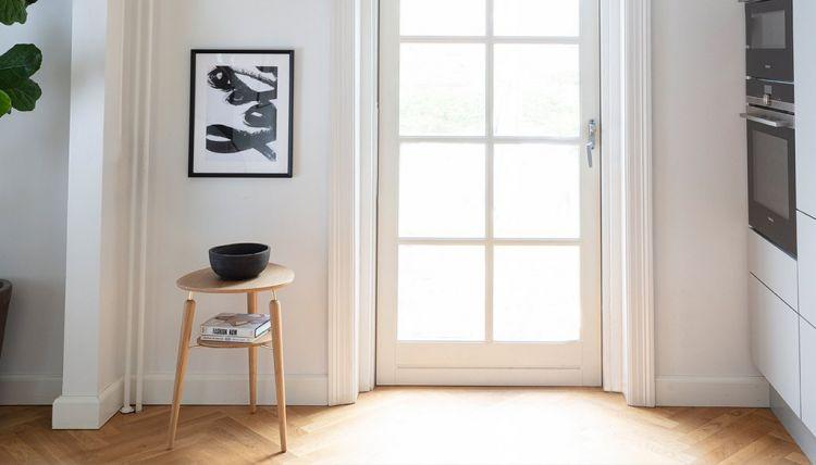 """Umage šviesaus ąžuolo (su aukso spalvos detalėmis) staliukas su lentynėle """"My Spot"""""""